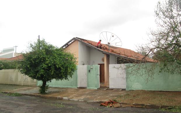 Casa destelhada por vendaval.