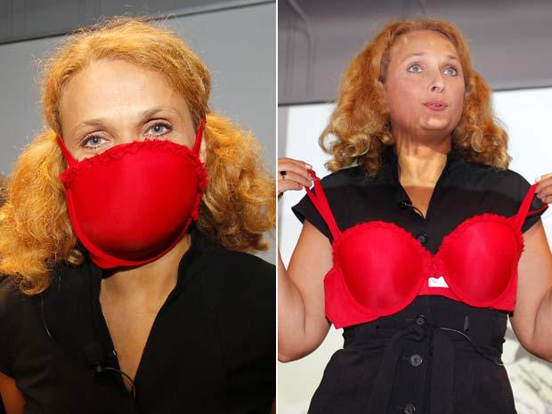 Elena Bodnar mostra sua invenção, um sutiã que vira máscara de proteção.