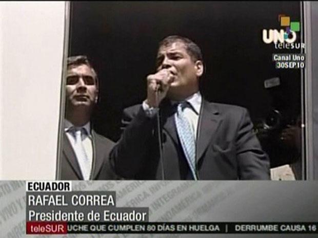 Imagem de TV mostra o presidente do Equador, Rafael Correa, discursando nesta quinta-feira (30) em instalações do Exército em Quito.