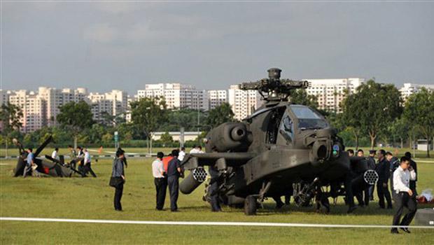 Helicóptero militar acidentado nesta quarta-feira (30) em campo de Cingapura. A aeronave, um Apache AH-64, perdeu a cauda ao tentar um pouso de emergência em um distrito residencial.