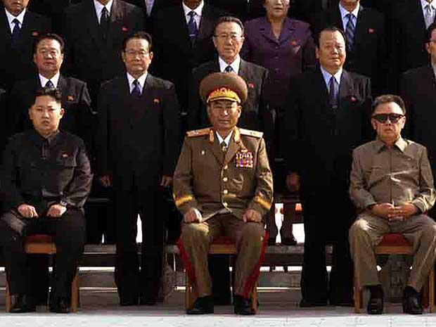 O governo da Coreia do Norte publicou uma foto na imprensa estatal de Kim Jong-un, o filho mais novo - e provável sucessor - de Kim Jong-il. É a primeira imagem oficial do caçula do líder norte-coreano.