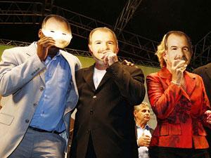 Entre os candidatos ao Senado Netinho e Marta Suplicy, o presidente Lula com máscara de Mercadante em comício nesta quinta (30)