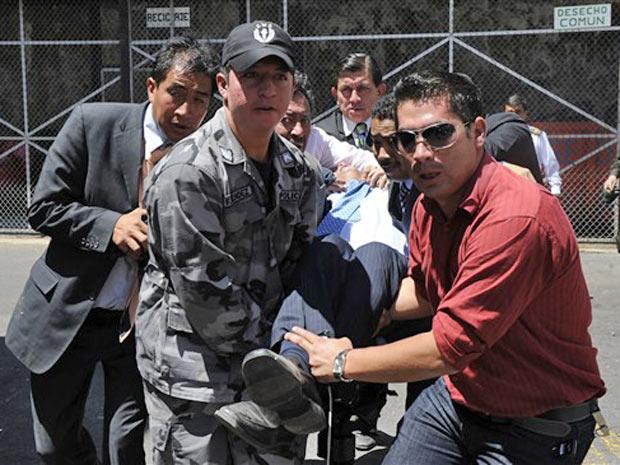 Rafael Correa é carregado após deixar quartel