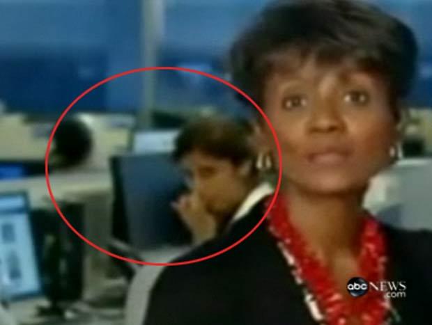 Mulher limpou o nariz com o dedo enquanto Dorothy Tucker apresentava as notícias.
