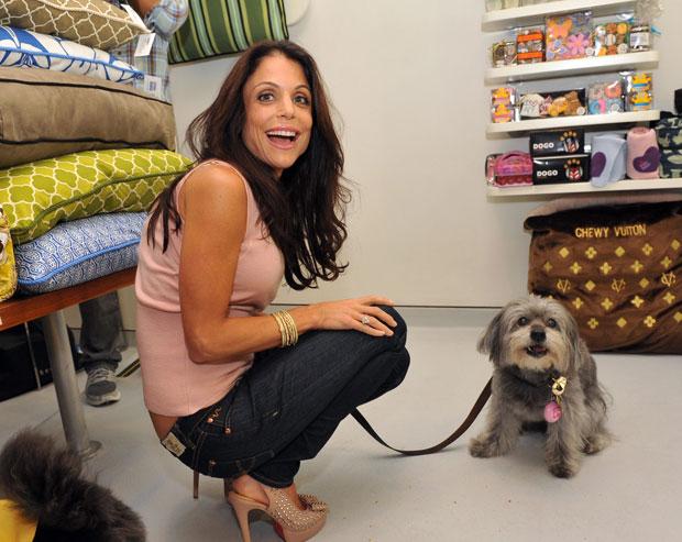 A escritora e personalidade da TV norte-americana Bethenny Frankel apresenta o produto Puppy Tweet ao lado do seu cão, Cookie.