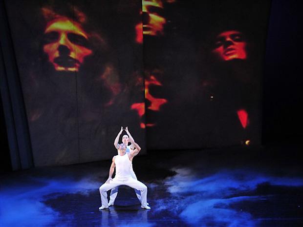 Dançarinos da companhia de balé húngara Gyori Ballet Group ensaiam espetáculo em homenagem à banda britânica Queen (Foto: AFP)