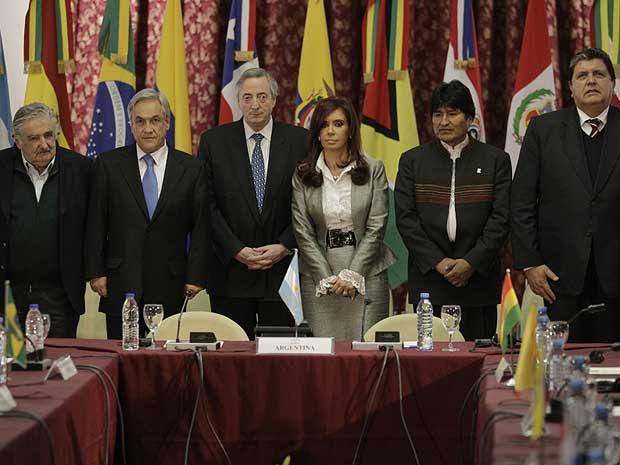 Reunião da Unasul condena rebelião no Equador. Na imagem os presidentes Jose Mujica, do Uruguai; Sebastián Piñera, Chile; Cristina Kirchner, Argentina; Evo Morales, Bolívia; Alan García, Peru; além do ex-presidente da Argentina, Nestor Kirchner.