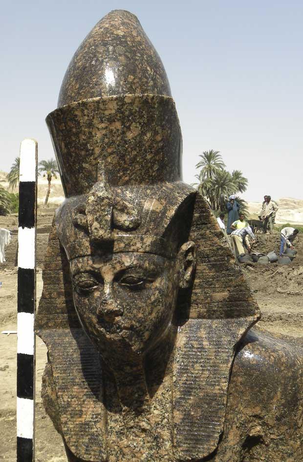 Escultura mostra Amenhotep sentado sobre um trono ao lado do deus Amon, principal divindade de Tebas, a capital do Egito no Médio Império (1975-1640 a.C.)