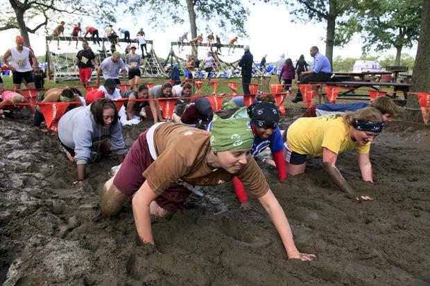 Participantes tiveram que rastejar na lama.