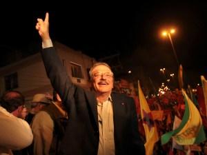 Tarso Genro (PT) comemora a vitória com militantes em Porto Alegre (RS), neste domingo (03).