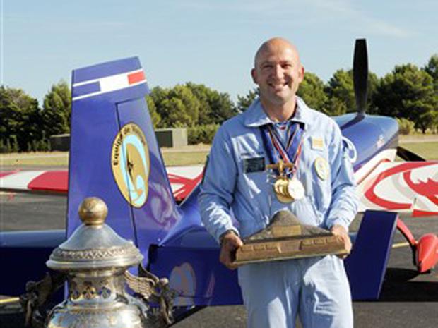Queda de avião mata campeão de acrobacias aéreas e família na França 3