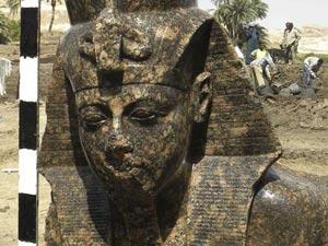 Estátua do faraó Amenhotep, avô de Tutancâmon, é achada no Egito (Supreme Council of Antiquities / AP)