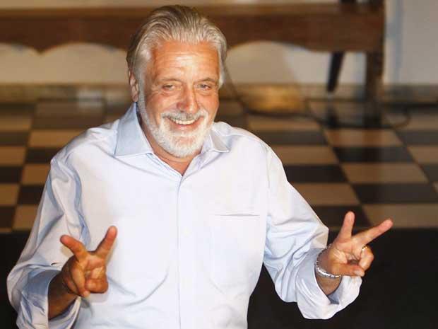 O governador eleito da Bahia Jaques Wagner (PT) comemora a vitória.