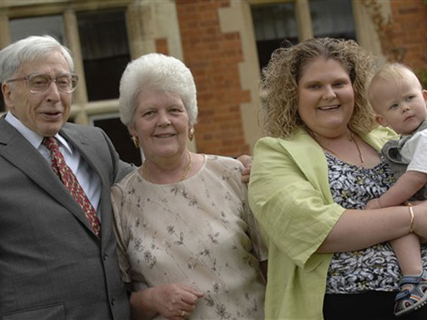 Louise, à época da foto com 30 anos, carrega o filho no colo, ao lado do professor Robert Edwards, premiado nesta segunda-feira (4) com o Nobel de Medicina.