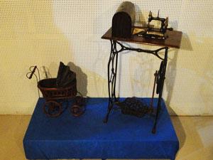 Máquina de costura e carrinho de bebê de brinquedos