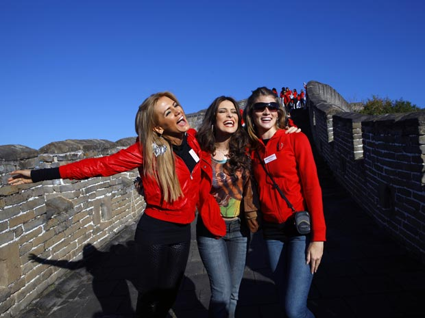 As misses Maria Cordova (Bolívia), Kamilla Salgado (Brasil) e Mariana Arambarry (Argentina) posam para fotos na Muralha da China, em Mutianyu, nesta terça-feira (5).