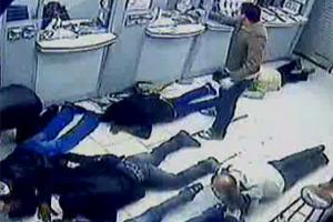 Câmeras de segurança registraram a ação dos criminosos.