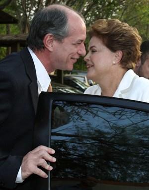 candidata do PT à presidência da República, Dilma Rousseff, cumprimenta o deputado federal Ciro Gomes (PSB-CE), na saída do comitê central de campanha, em Brasília, nesta terça-feira (05)