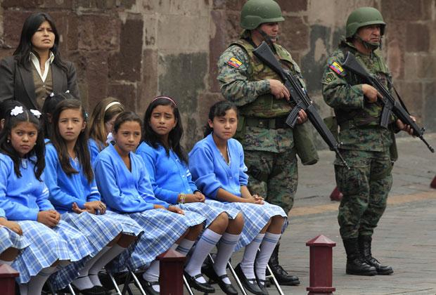 Estudantes participam de cerimônia militar em frente ao palácio do governo do Equador, em Quito, nesta segunda-feira (4).