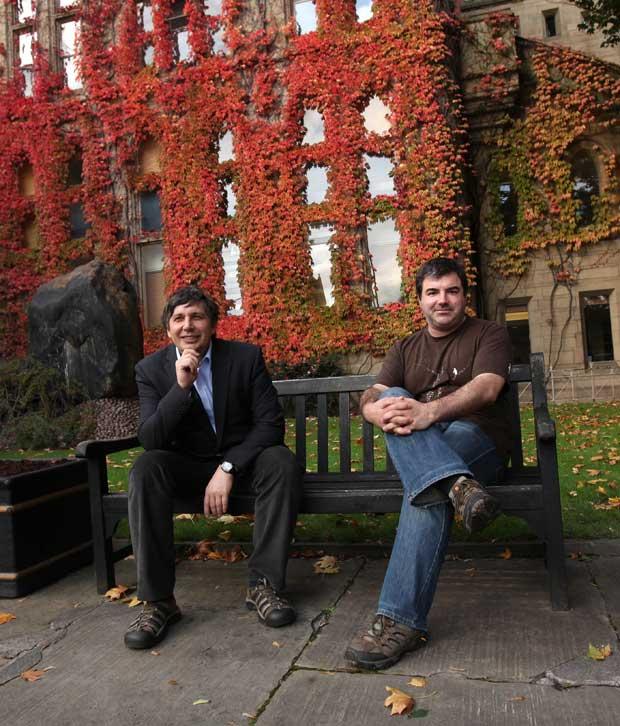 Andre Geim (esquerda) e Konstantin Novoselov, no campus da Universidade de Manchester, na Inglaterra