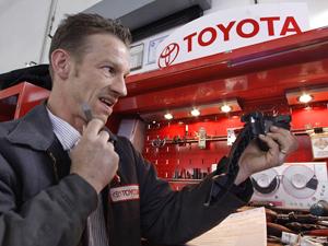 Chefe do serviço técnico da Toyota,  Mike Blomberg, inspeciona um acelerador