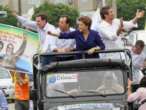 Candidata do PT à Presidência da República, Dilma Rousseff, em carreata no Rio de Janeiro, na quarta-feira (06)