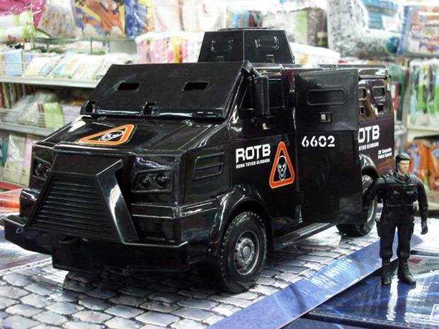 Brinquedo do caveirão vem com policial vestido de preto