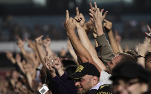 Fãs de Bon Jovi protestam contra show de abertura da Fresno nesta quarta-feira (6) no estádio do Morumbi, em São Paulo.