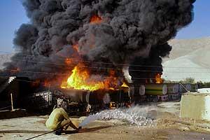 Novo ataque rebelde atinge 25 caminhões da Otan no Paquistão (Butt Arshad / AP Photo)