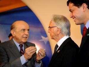 Candidato do PSDB à Presidência da República, José Serra, em reunião com aliados, nesta quarta-feira (06).
