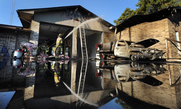 Fogo começou em caminhão e se espalhou por prédio.