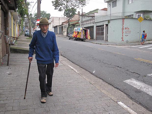 João Prestes caminha todo dia pelo quarteirão de sua casa.