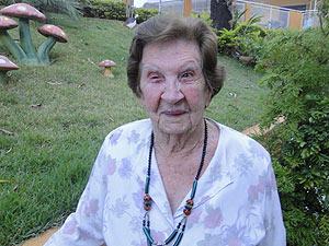 Dona Zezé, de 102 anos, faz terapia ocupacional