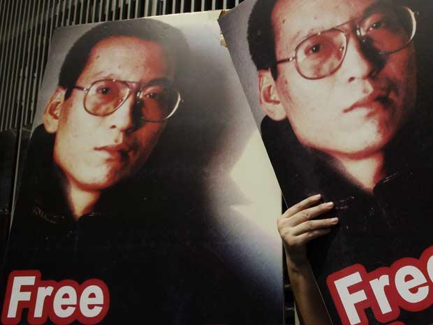 Cartazes pedem a libertação do dissdente chinês Liu Xiaobo durante protesto por democracia na China