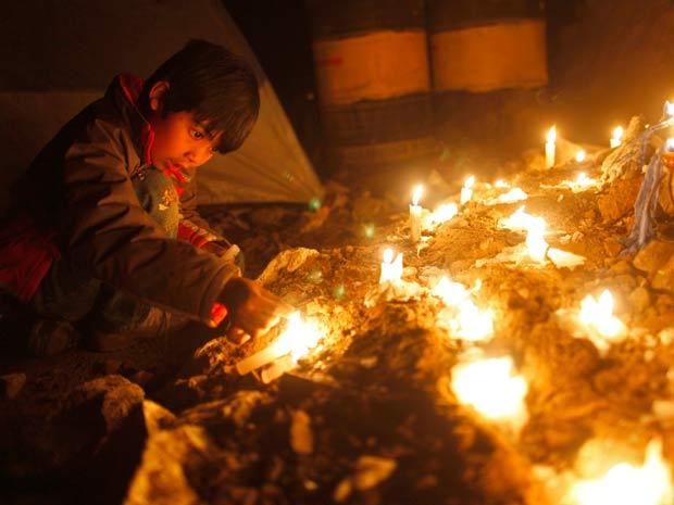 Familiares dos mineiros presos no Chile fazem vigília à espera do resgate dos 33 homens