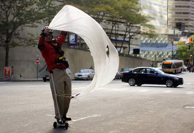 O norte-americano Richard Coit foi flagrado usando uma espécie de vela em seu patinete na quinta-feira (7) em Boston, no estado de Massachusetts (EUA), para aproveitar o dia ventoso que fazia na cidade americana.
