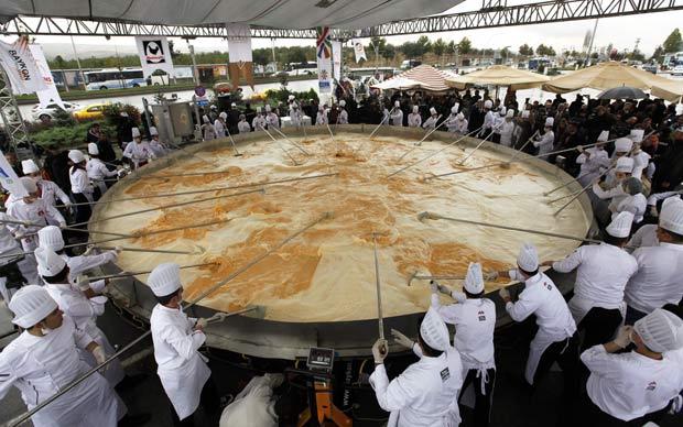 Chefs prepararam um omelete de seis toneladas nesta sexta-feira em Ancara.