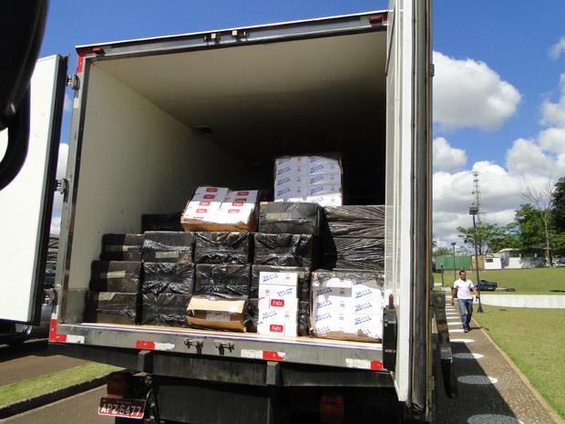 Cerca de 17,5 mil pacotes de cigarros foram apreendidos na BR-277 em Foz do Iguaçu (PR), nesta sexta-feira (8), em uma ação conjunta da Força Nacional de Segurança e da Polícia Federal. O motorista do caminhão que transportava a carga foi preso por contrabando. Ele, a mercadoria e o veículo foram encaminhados à delegacia da Polícia Federal em Foz do Iguaçu.