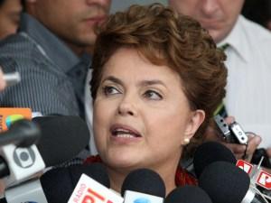 Candidata do PT à Presidência da República, Dilma Rousseff, durante entrevista coletiva em Brasília, nesta sexta- feira (08).