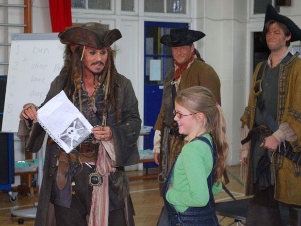 Johnny Depp visita escola inglesa vestido de pirata