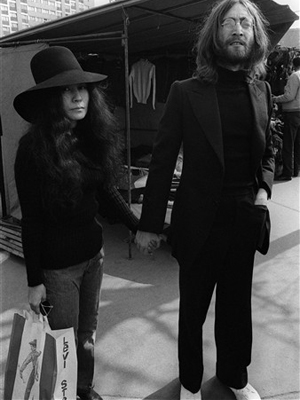 Yoko Ono e John Lennon em imagem de 1969, em Paris.