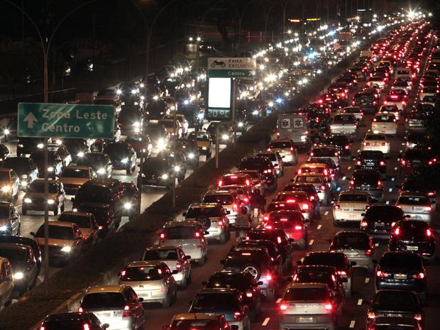 Trânsito fica congestionado na Avenida 23 de Maio