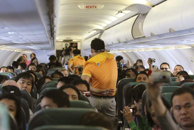 Aeromoços dançam enquanto apresentam os procedimentos de segurança para o voo.