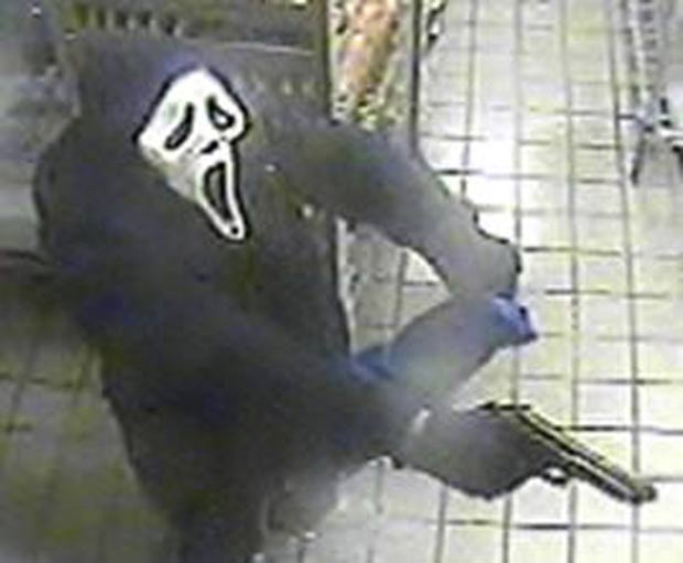 Bandido usou uma máscara para roubar uma padaria em Long Island.