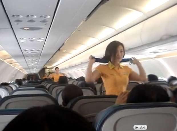 Imagem de vídeo postado no YouTube com a performance das aeromoças.