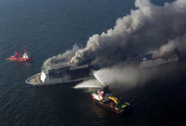 Incêndio no navio Lisco Gloria neste sábado (9).