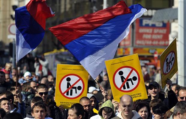 Protesto contra parada gay no centro de Belgrado neste sábado (9).