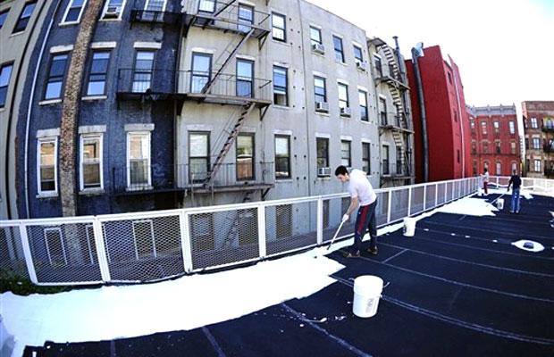 Em Nova York, voluntários pintaram de branco os telhados da cidade para favorecer a absorção dos raios solares.