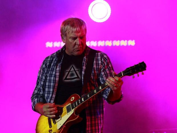 O guitarrista Alex Lifeson