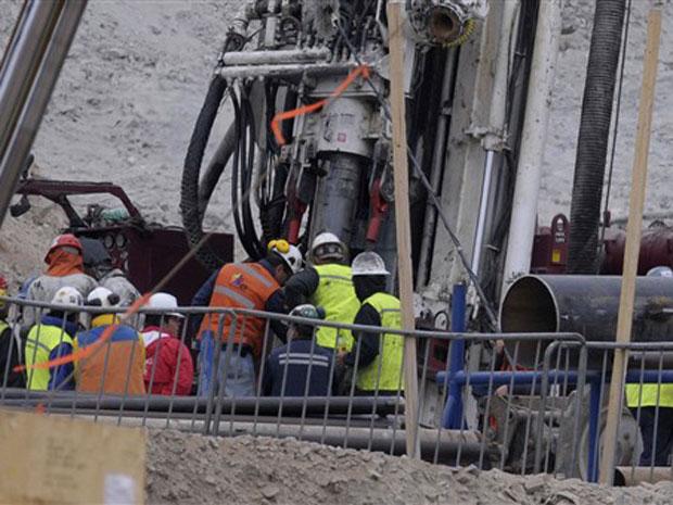 Equipes trabalham no revestimento do túnel neste domingo (10) na mina San José, no Chile.